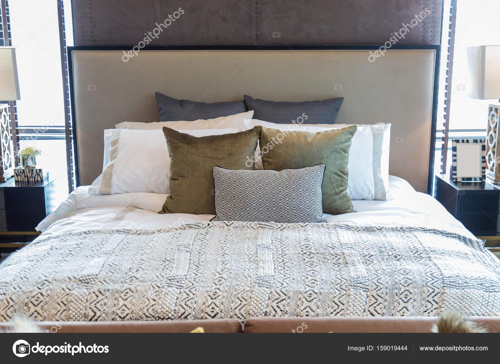 Molti cuscini sul letto in camera da letto. — Foto Stock ...