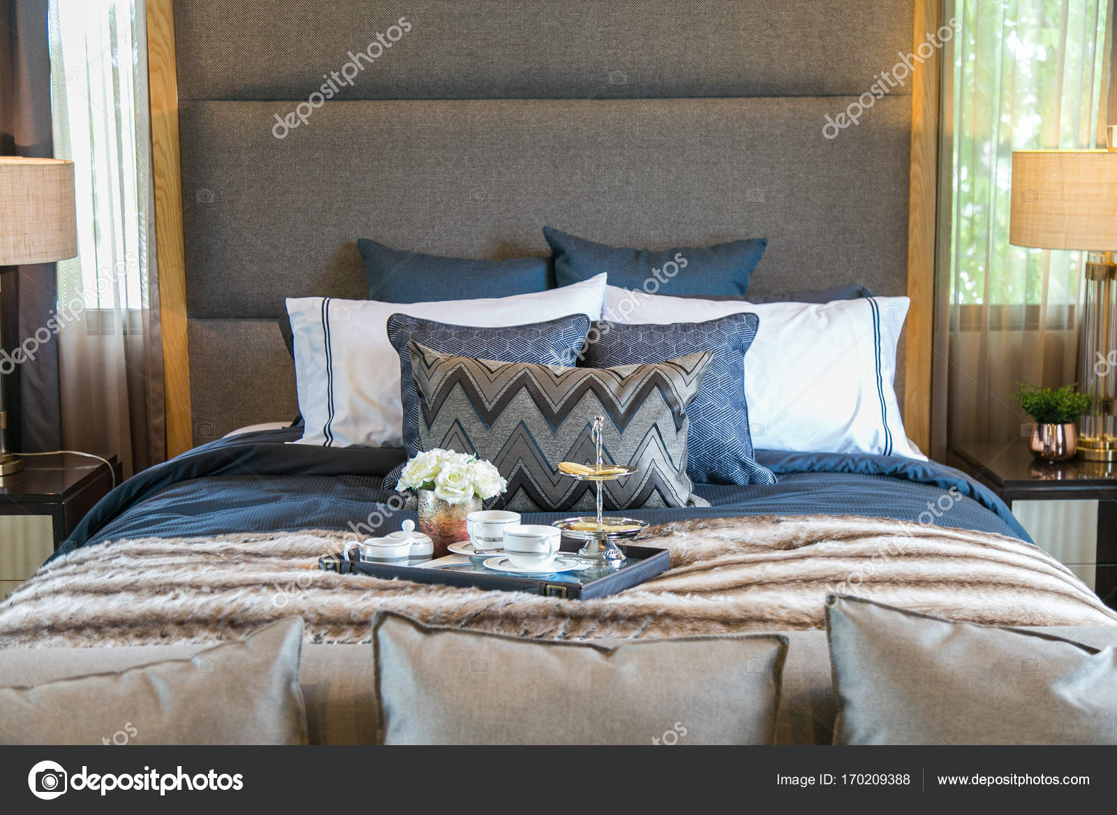 Tee Set Auf Dem Bett Mit Vielen Kissen Stockfoto