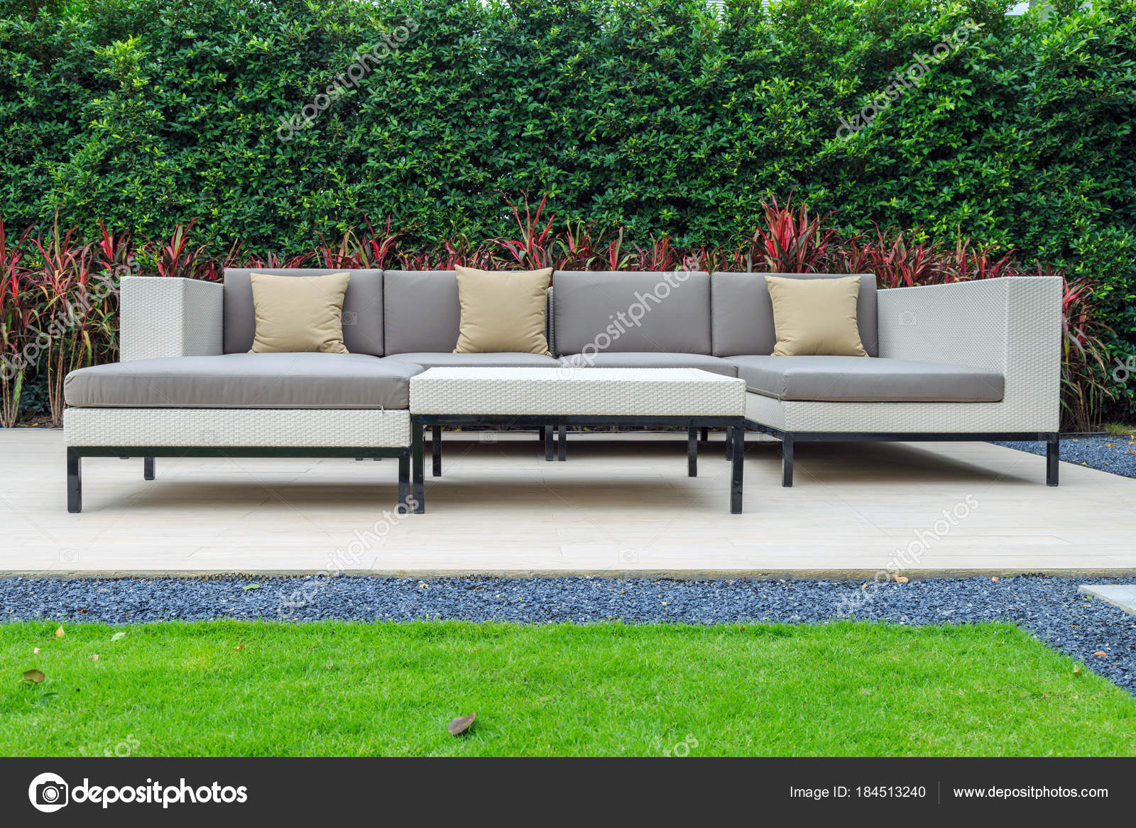 Un trois oreiller marron et gris coussin sur un canapé moderne en ...