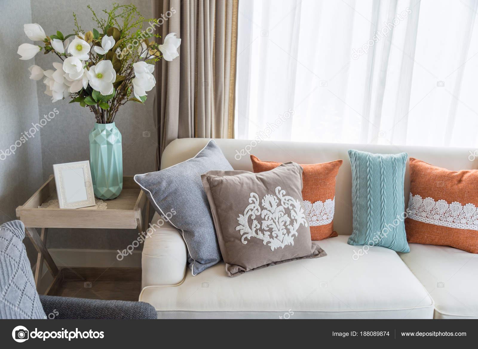 Bunte Kissen Auf Beige Sofa Mit Blumen Im Wohnzimmer U2014 Stockfoto