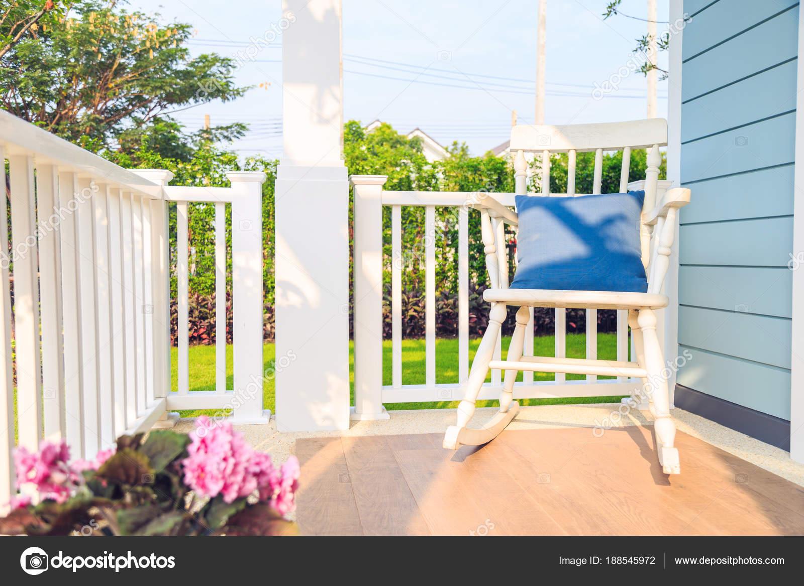 Schommelstoel Op Balkon : Een houten witte schommelstoel in balkon met natuur achtergrond