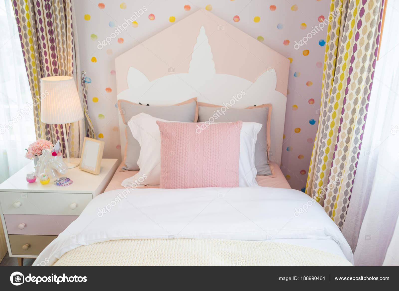 De slaapkamer van een mooie dochter met een roze kussen en roze bed ...