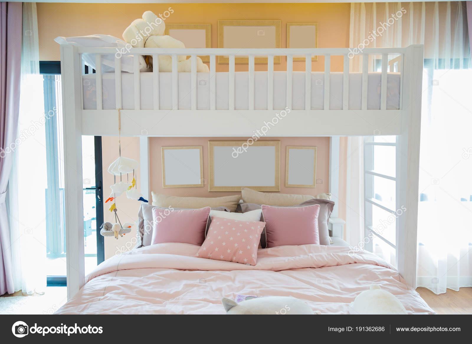 Etagenbett Holz Weiß : Ein weißes holz etagenbett mit einem rosa kissen und frames an wand