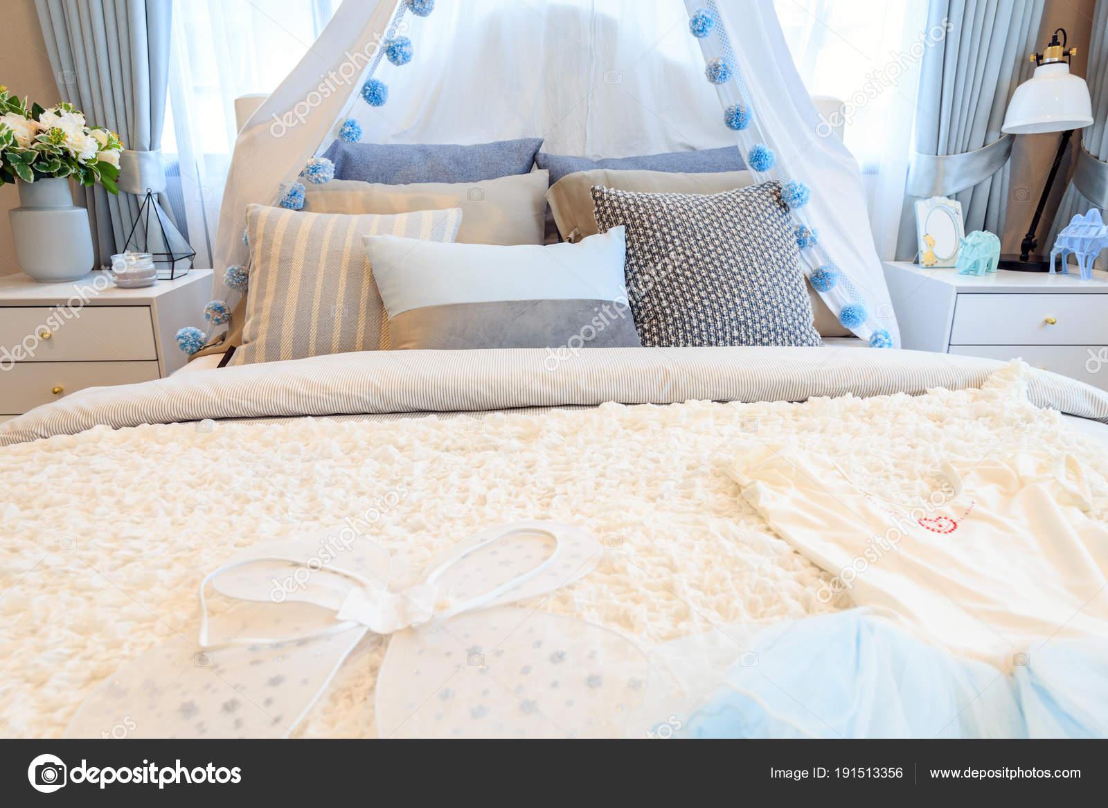 Fille belle chambre avec un angle des ailes et la robe sur ...