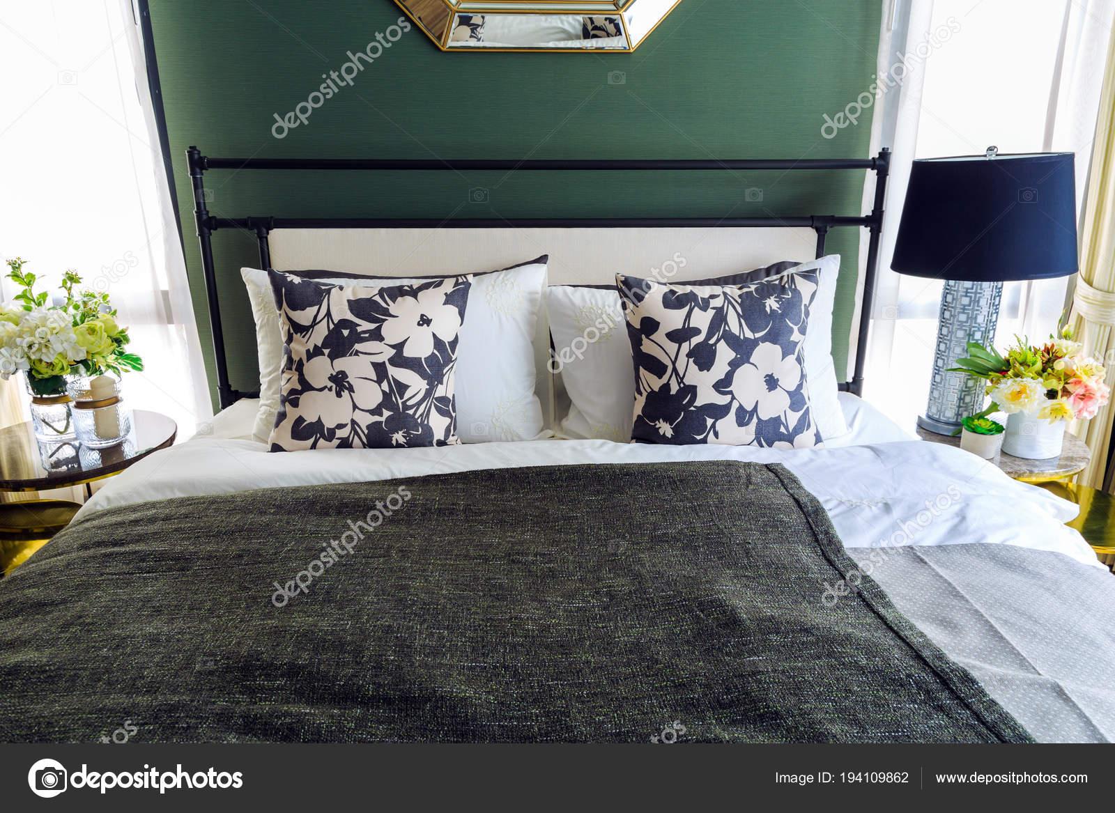 Camera Da Letto Verde E Nera : Un fiore fantasia cuscini sul letto con coperta nera e lam u foto