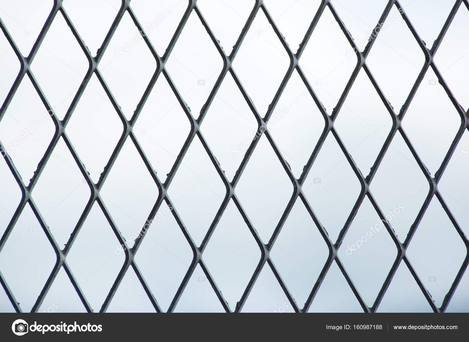 Maschendraht auf Himmelshintergrund — Stockfoto © YMCPhoto #160987188