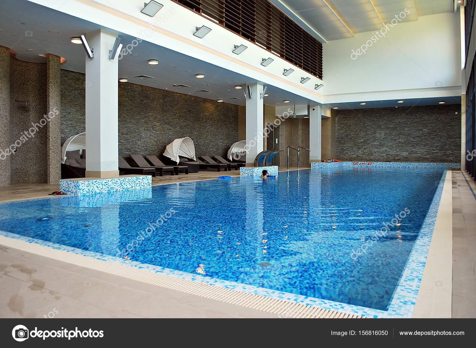 Indoor-Schwimmbad im Luxushotel — Redaktionelles Stockfoto © grand ...