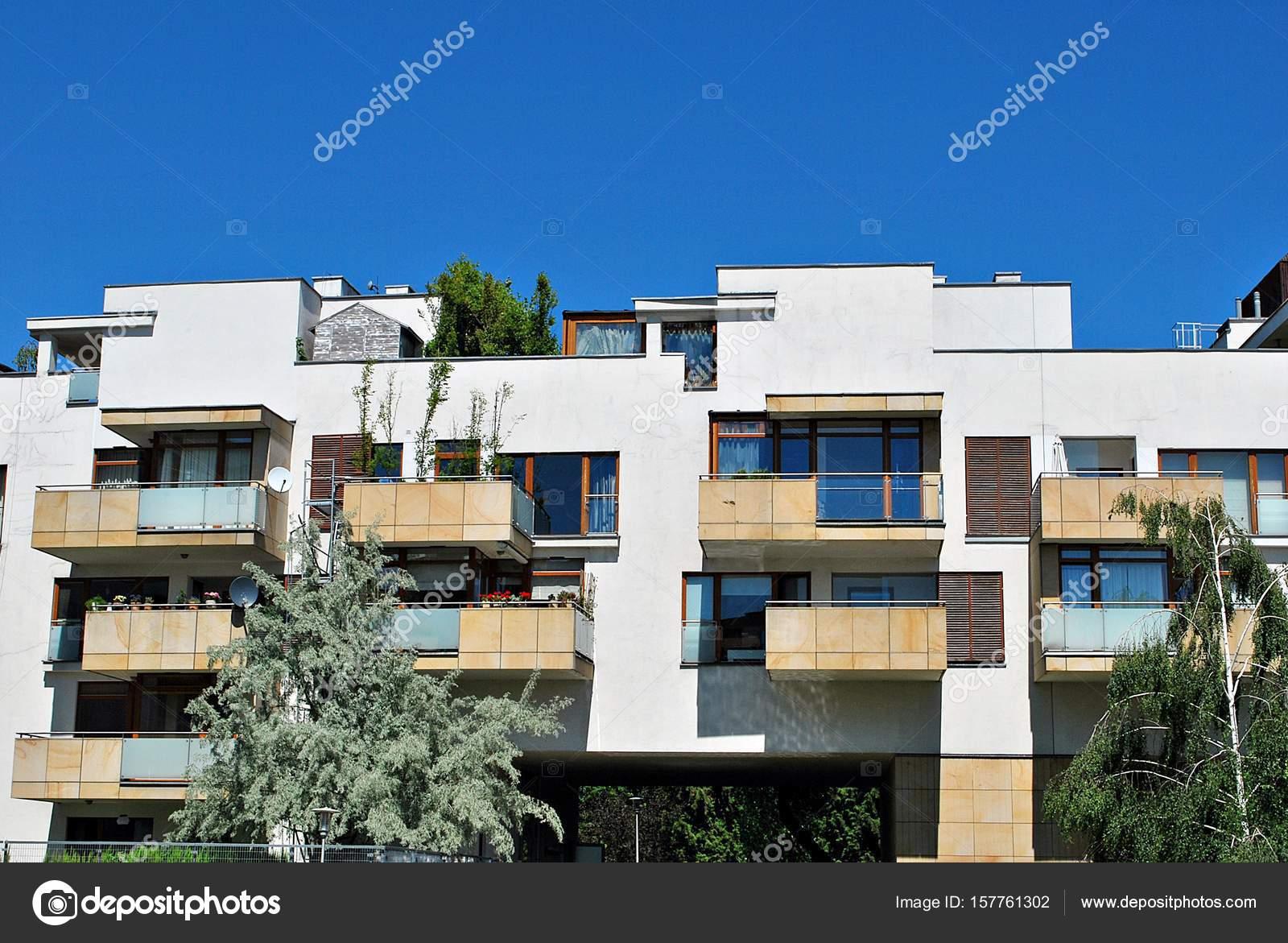 Moderne Wohnhäuser moderne wohnhäuser außenbereich stockfoto grand warszawa 157761302