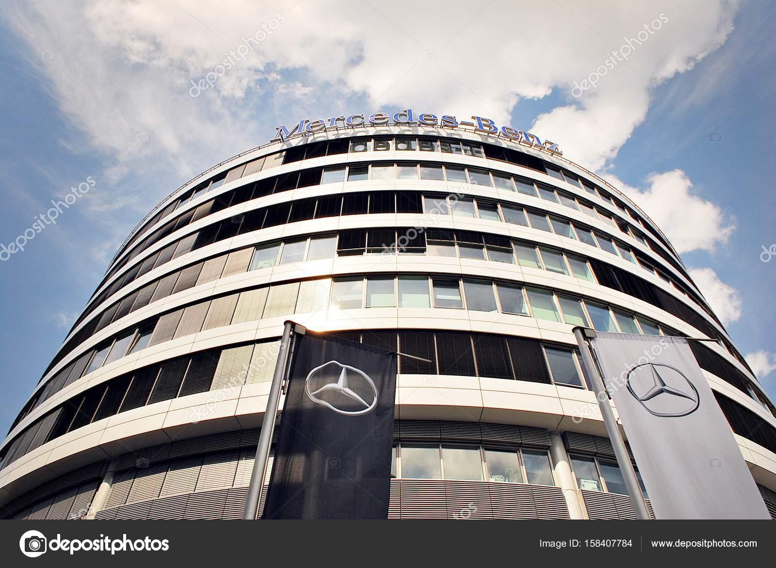Mercedes benz est un immeuble de bureaux haut de gamme u photo
