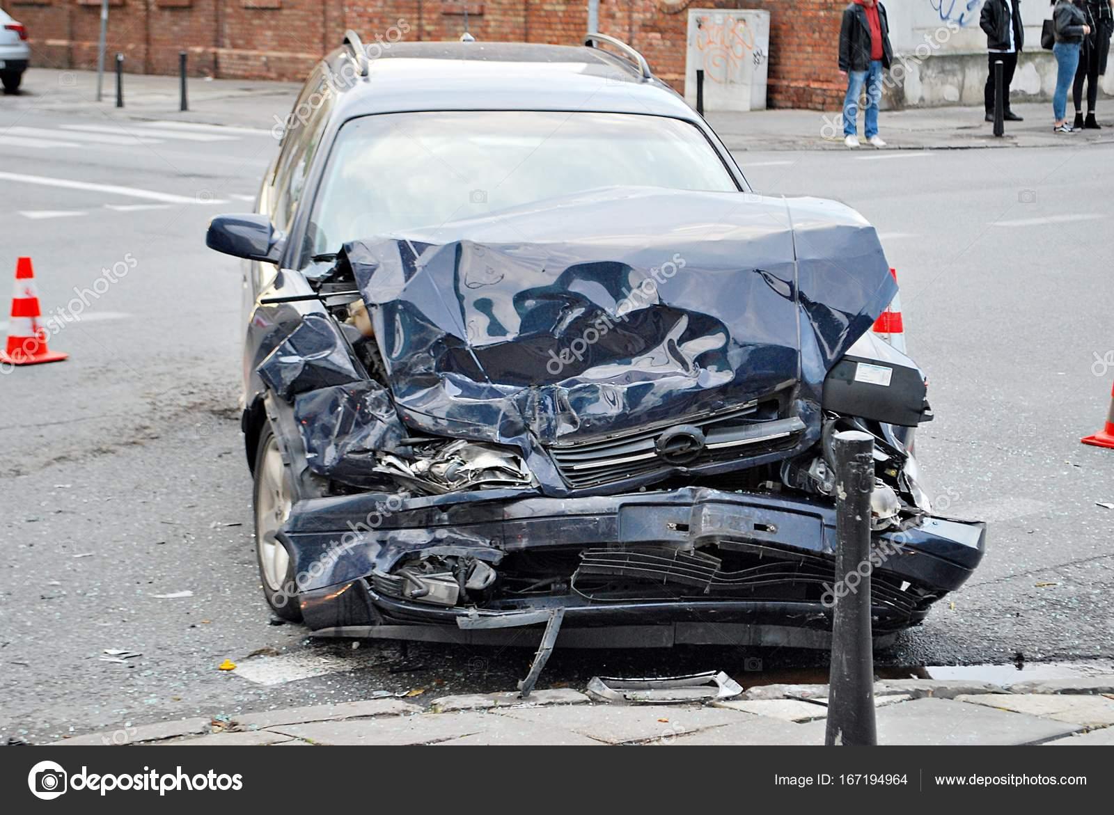 Autounfall, beschädigte Autos nach Kollision in Stadt — Stockfoto ...