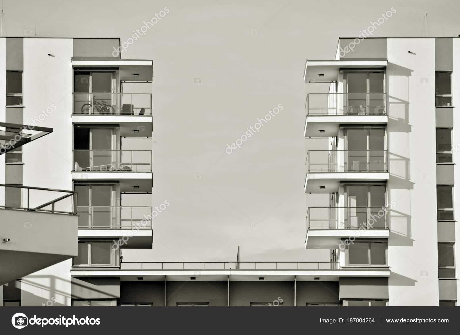Zwart Wit Appartement : Detail van een moderne appartement nieuwbouw zwart wit u2014 stockfoto