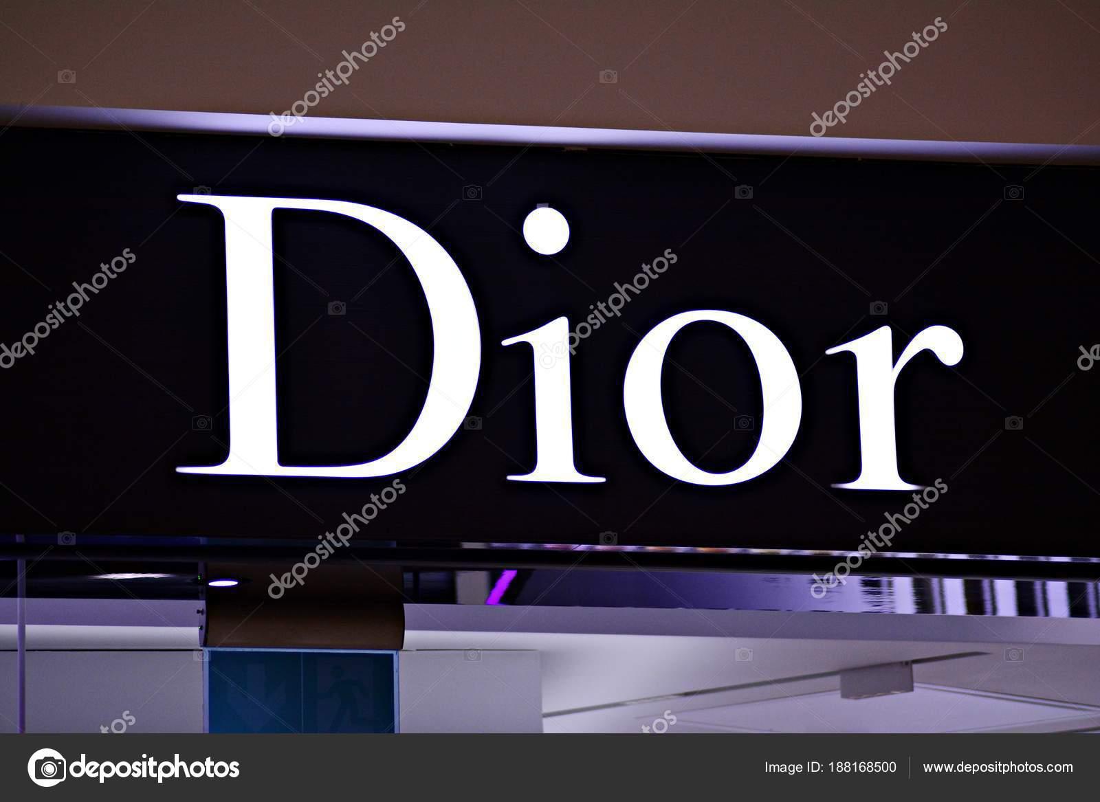 Варшава, Польша. 16 марта 2018 года. Dior знак. Компания вывеска Dior —  Фото автора grand-warszawski e3b97facf4e