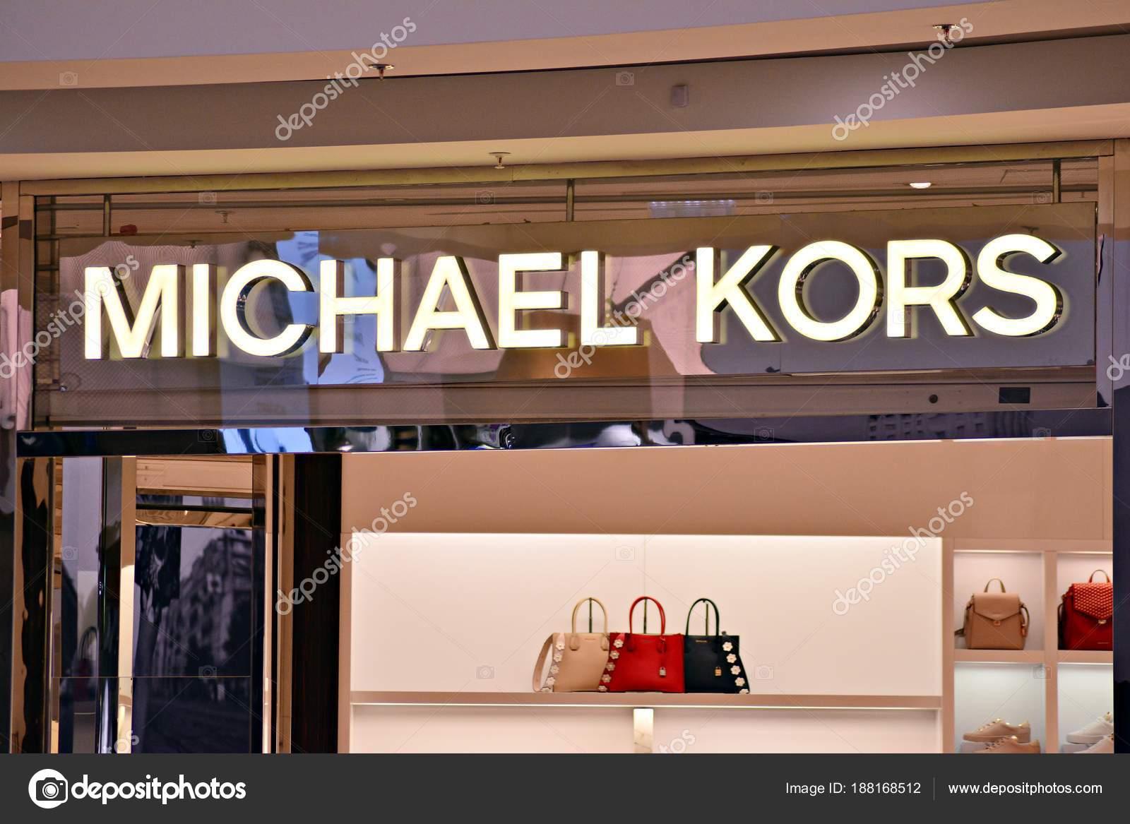 fe1c7352d7db3 Varsovia Polonia Marzo 2018 Firma Michael Kors Letrero Compañía Michael —  Foto de Stock
