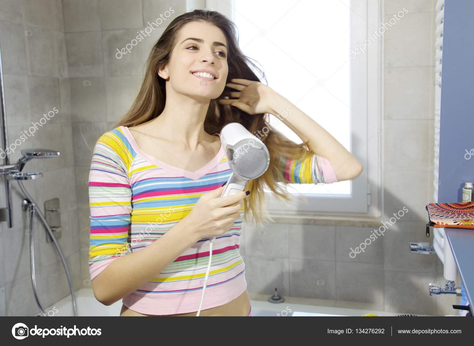 Natuurlijke Trek Badkamer : Gelukkig natuurlijke jongedame droogrek in badkamer u stockfoto
