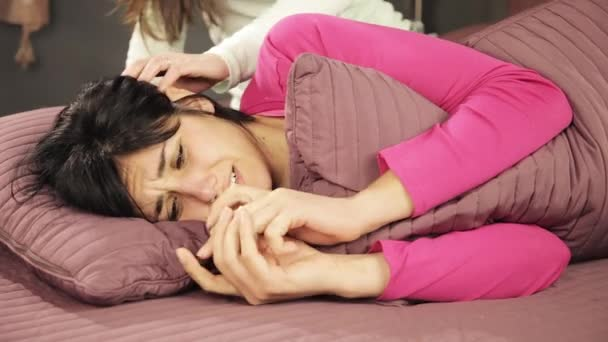 Nő az ágyban dobott eljegyzési gyűrű vigasztalt barátnője