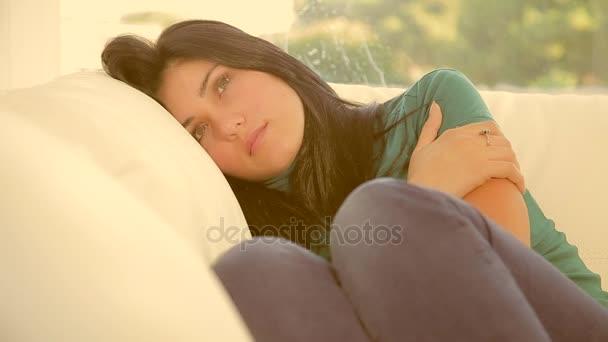 Krásná žena pomalu usínání na pohovce unaveni myšlení