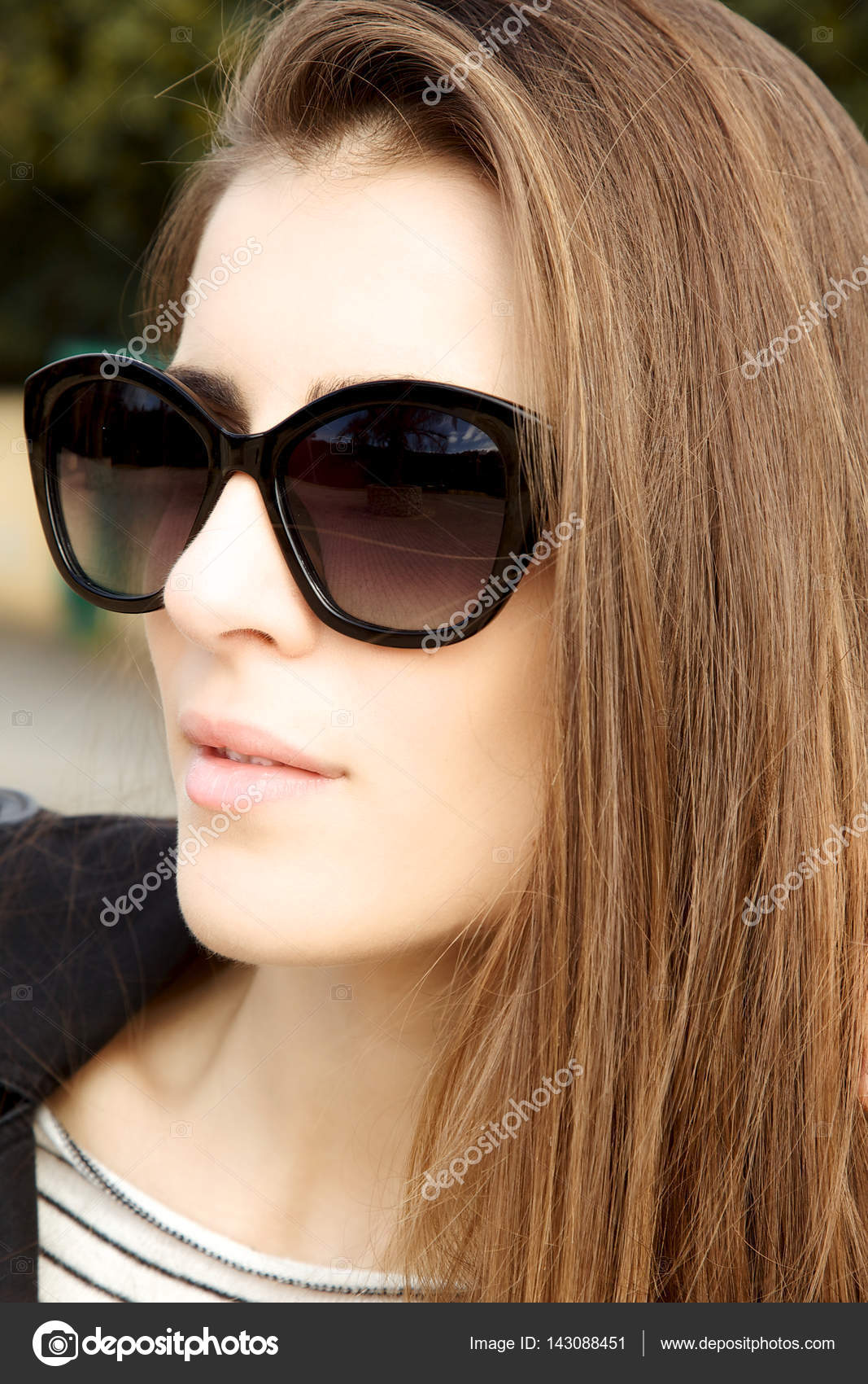 Крупним планом стильною жінкою в сонцезахисні окуляри — Фото від  fedemarsicano aaa3643ab8bd3