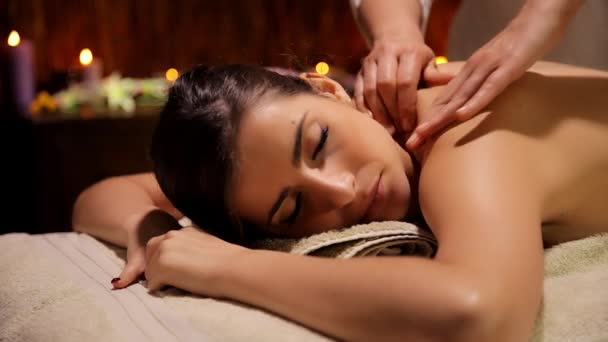 Teplá magickou atmosféru v luxusních wellness žena masáž ramen a zad