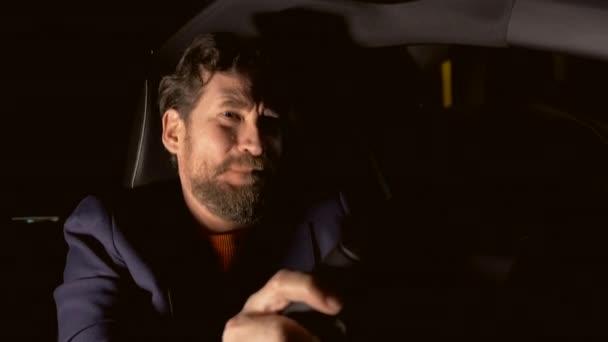 Plačící muž řídil auto v noci ve městě pocit lonely
