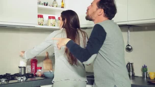 Pár pití kávy a mléka při tanci v kuchyni