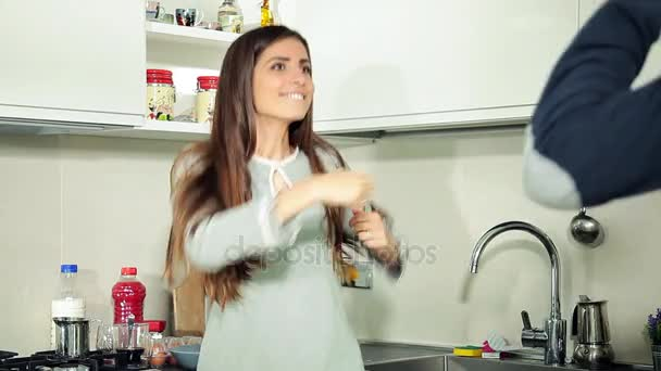 Šťastný pár legrační jako blázen tančí v kuchyni ráno