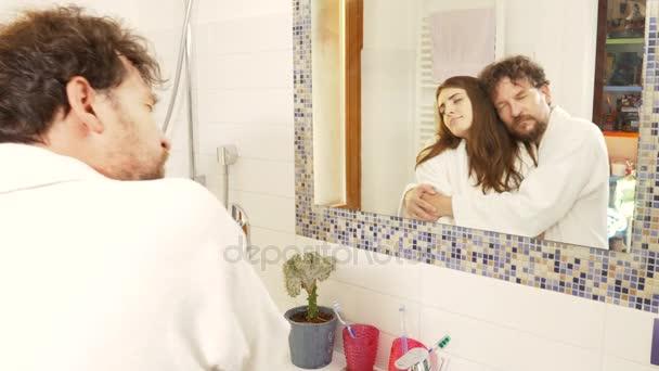 Couple amoureux danse romantique dans la salle de bain le matin ...