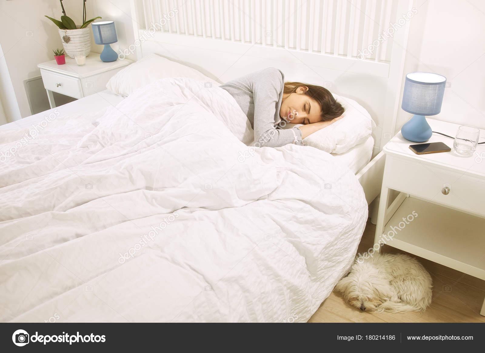 8468ccc62d46 Γυναίκα ύπνο στο κρεβάτι δίπλα στο σκύλο ευτυχισμένο — Φωτογραφία ...