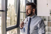 Photo businessman looking at window