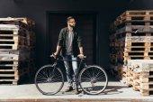 fiatal férfi kerékpár