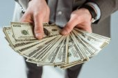 Datailní pohled podnikatel v rukou držel dolarové bankovky