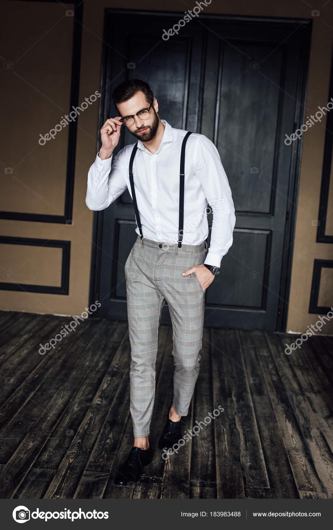Fotos Tirantes Moda Hombre Elegante Posando Camisa Blanca