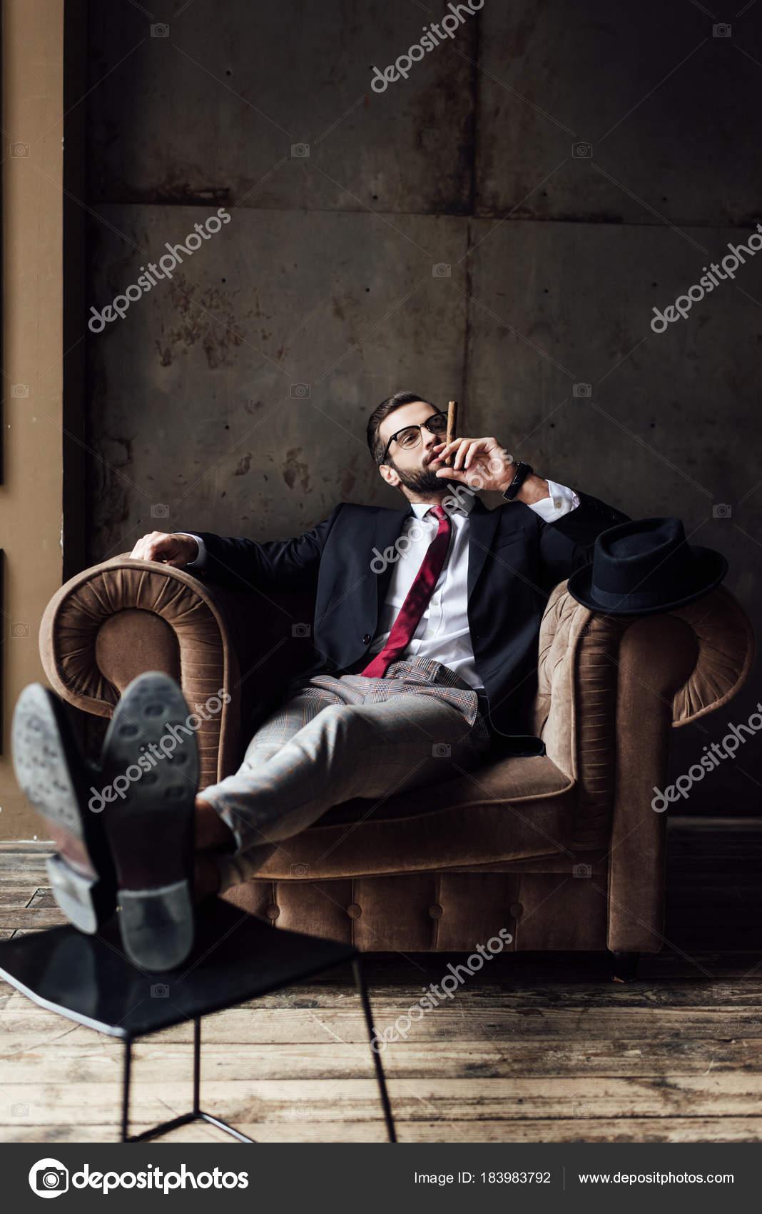 Modische Geschäftsmann Sitzt Sessel Und Rauchende Zigarre ...