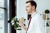 podnikatel, pořádání jednorázových šálek kávy a při pohledu na okna