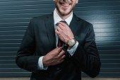 Photo businessman tying necktie