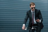 Podnikatel používající smartphone