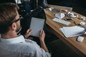 Fotografie podnikatel, pomocí digitálních tabletu na pracovišti