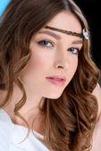 Detailní záběr atraktivní mladá žena s kudrnatými vlasy
