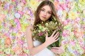 Fotografie atraktivní mladá žena držící květinové kytice
