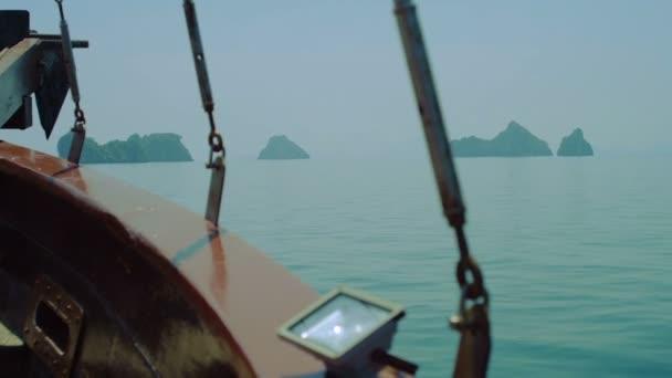 Krásný opuštěnými ostrovy uprostřed Tichého oceánu. Wild ostrovy, skalnaté pobřeží. Pohled z lodi. Maui, Thajsko. Panorama hory ostrova se tyčí nad mořem