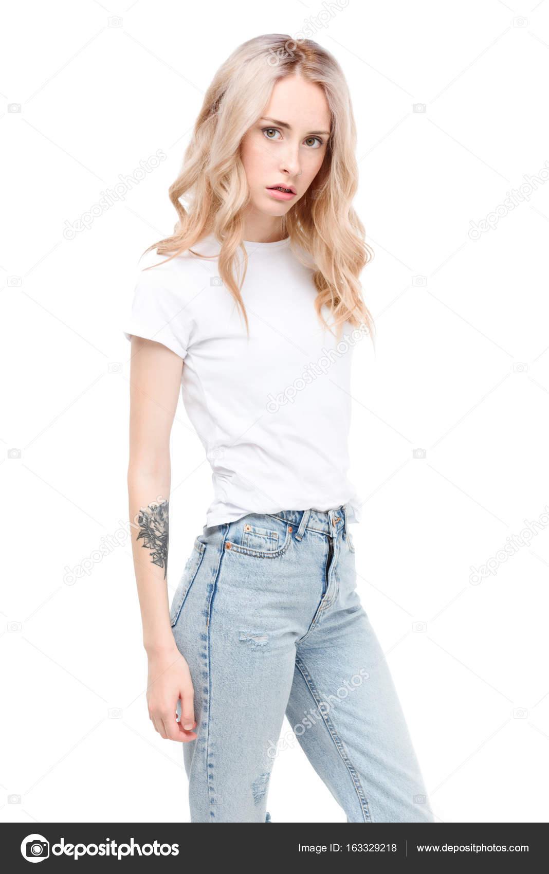 Молода жінка носить повсякденний одяг — Стокове фото — Красивий ... f2542250e8960