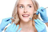 Hände halten Zahnarzt Werkzeuge in der Nähe von Frau