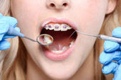 Zahnarzt mit Spiegel und parodontale Sonde