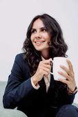Fotografie Geschäftsfrau mit Tasse Heißgetränk