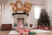 chlapec se psem na Vánoce