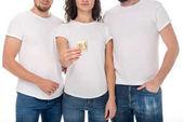 Fotografie Frau hält Kondom mit Männern an den Seiten