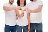 Fotografie Gruppe von Menschen halten Kondom
