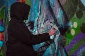 névtelen festészet graffiti falon éjjel aeroszolos festékkel