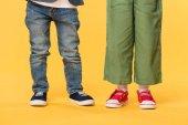 částečný pohled dětí v neformálním oblečení izolované na žluté