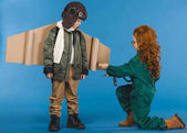 děti v pilotní kostýmech s hračka šroubovák hrát společně, samostatný na modré