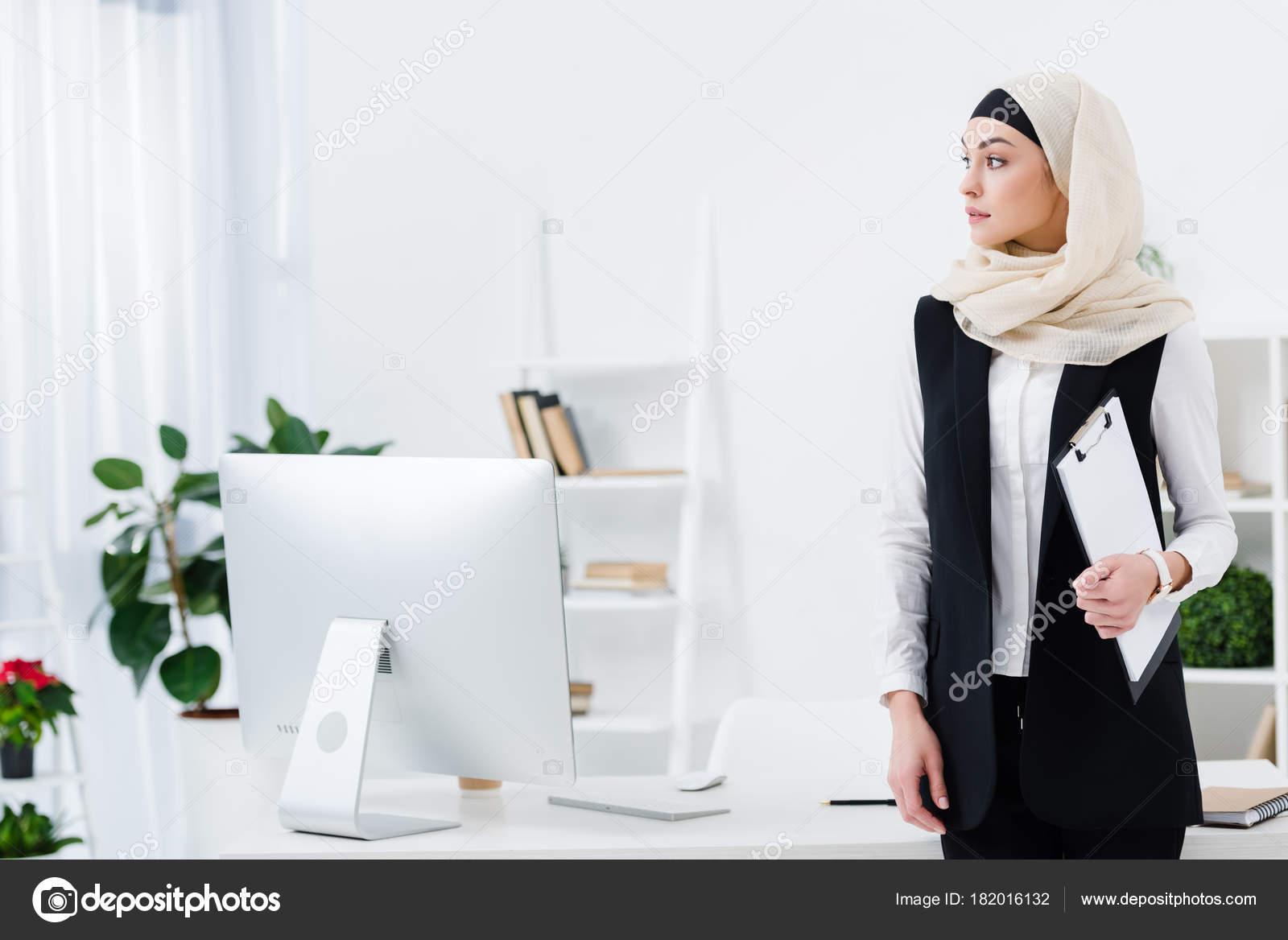 Femme affaires arabe pensif avec dossier main bureau